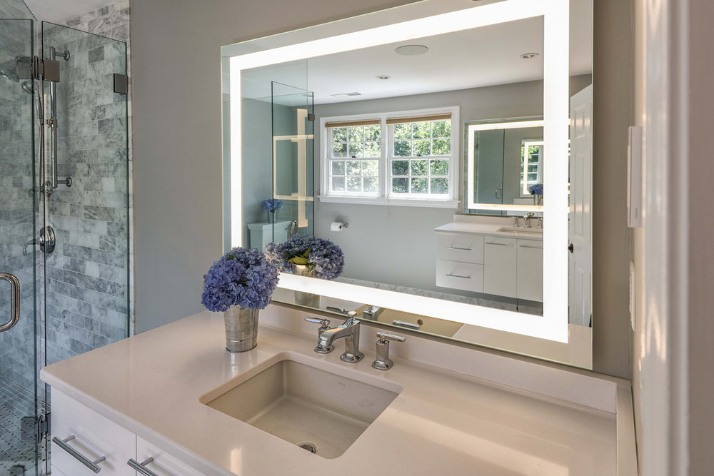 The vanity mirrors Included a LED light system SEUR with the state of the art controlling.