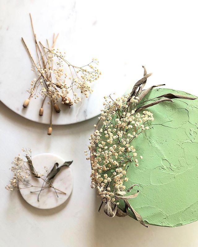 raspberry mousse squeezed in between lush lemon sponge layers 🍋🌾🍃 #cakesandleaves #cakesfromthegarden #londoncakemaker #cakeinspiration #flatlayout #lemonlove #raspberrycake #floralstyling #cakesoflondon #driedflowers #cakedesign #flatlaystyle #foodflatlay #cakesofig #cakedecor #floraldetails #londoncakes #flatlayinspiration #flowerphotography #naturaldetails