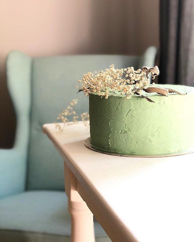🌾🍃🛋 #cakesandleaves #cakesfromthegarden #naturalcakes #westlondoncakes #flowerstyling #flowersoncake #cakedecor #flowerdesign #floraldetails #cakestyling #cakephotography #londoncakes #foodstylingbackgrounds #cakestagram #floralcake #cakesoflondon