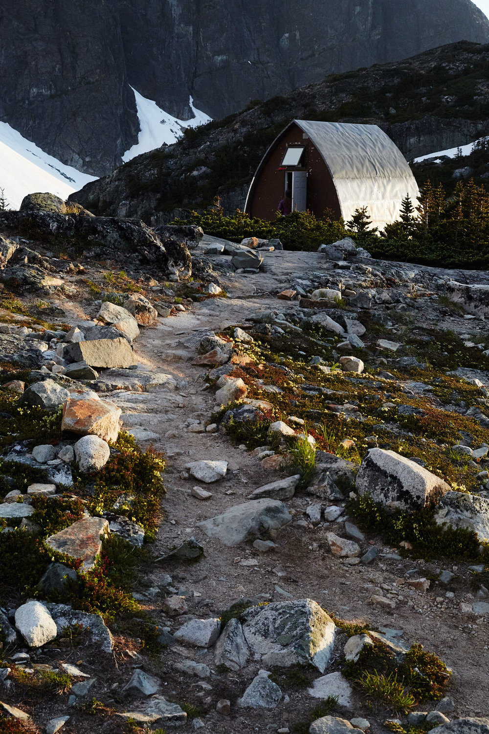 The lake is home to a small alpine hut that can be used to store your things away from animals, cook and sleep.