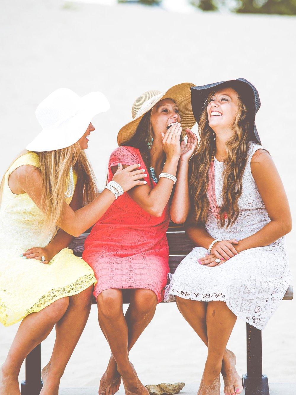 ATELIERS DE MAQUILLAGE & COIFFURE - Atelier beauty party EVJF + Bonus (2h)Vous fêtez un evjf à bruxelles, ? Vous adoreriez organiser un moment hyper girly ? Joignez l'utile à l'agréable : je vous propose une animation beauty party makeup + coiffure, à domicile ou dans mon studio. Vivez un moment convivial et tendance entre filles, et repartez de véritables astuces et techniques de pro ! Vous allez a-do-rer !Forfait atelier beauty party + bonus — 55€– Durée : 2h– Minimum 6 participantes, à domicile (déplacement Ile de France) ou en atelier privé sur le 77– Apprentissage des astuces et techniques de coiffure et maquillage– Cadeau offert à l'ensemble des participantes– Bonus Cordocou : si l'activité se déroule dans notre Atelier Privé nous offrons :* Atelier en matinée : viennoiseries pour l'ensemble des participantes*Atelier après-midi : gourmandises cup cakes pour l'ensemble des participantes