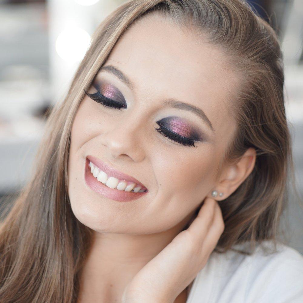 Maquillage et coiffure pour une occasion spéciale, un événement - Un maquillage, une coiffure pour votre anniversaire, une soirée, un gala, la St Valentin, la nouvelle année, Noël ? L'excuse parfaite pour une mise en beauté sur mesure qui vous rendra encore plus belle ! Du smoky eyes, au contouring, à un maquillage du jour, du soir naturel ou plus appuyé. Vous mettre en valeur tout simplement ! Vous êtes à la bonne adresse …