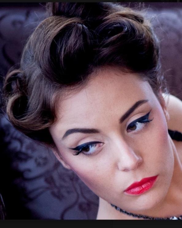 EYELINER - Marre de rater votre trait d'eye-liner et de devoir vous démaquiller pour tout recommencer? Vous cherchez la technique idéale pour ne plus vous louper ?Prête à découvrir les secrets d'un trait parfait?Je vous apprendrais pas à pas à choisir le produit qui vous convient et réaliser un trait d'eyeliner comme une pro !