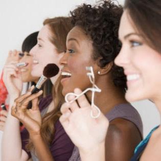 Ateliers de maquillage et coiffure - Les ateliers et enterrements de vie de jeune fille sont proposés soit à mon studio soit sur le lieu de votre choix. Je me déplace dans toute la Belgique, la France et partout ailleurs (un minimum de 5 participantes est requis)