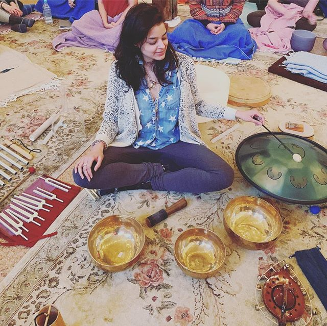 soul full sound school 🥁🙏🏽 @jesscaplan + @theheartoflistening #healing #sound #tuningfork #himalayanbowls #resonance #vibration #buzzing #humming #singing #play #love #yoga #soundbath #music #yogateacher #meditation #brooklyn #greenpoint #immersion #joy #beauty #grateful #stars #goingontour ;)