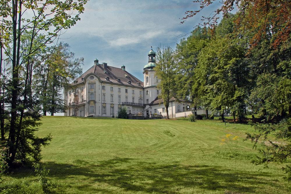 Schloss hoch über dem Starnberger See