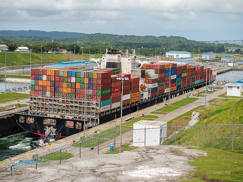 ship-transiting-the-locks