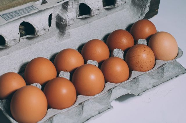 PUZZLED ABOUT PASTURED? 🐓 🥚  Pastured eggs are eggs that come from pastured chickens (PSA: they're not eggs that have been pasteurized!). Pastured chickens have daily access to ample outdoor space, where they go out searching for insects, bugs and other yummy snacks! 🐛 They go back into a hen house at night to roost, nest and lay their eggs. The result of the chickens spending so much time outdoors and eating such a varied diet? Delicious eggs that have deep yellow/orange yolks 🍳 🍳🍳#pasturedpoultry #pasturednotpasteurized #browneggs