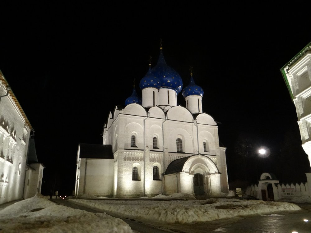 A night view of Suzdal's Kremlin internal courtyard
