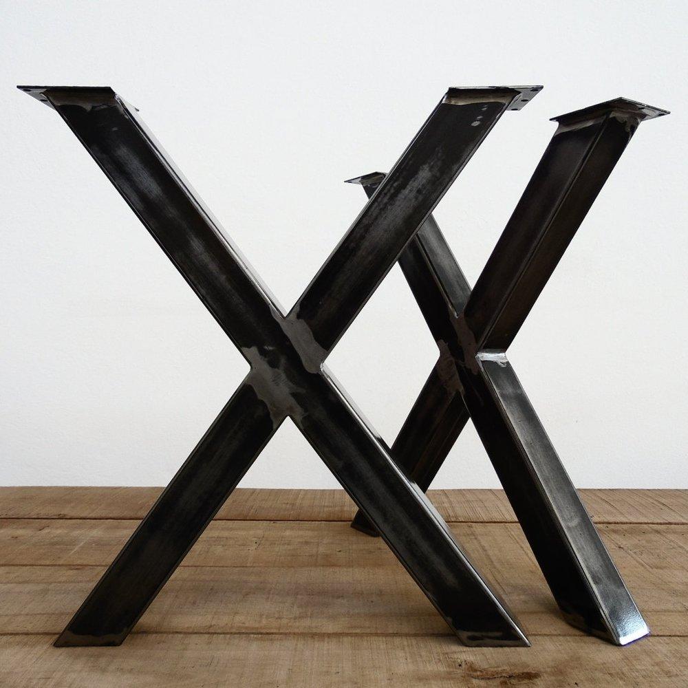 こだわりの金属脚 - 天板とテーブル脚の関係は、かの魯山人の名言「器は料理の着物」に似ていると考えます。「器を含めて全体としての料理を考える」ことの大切さは、テーブル脚がテーブル全体の印象を決める重要なパーツであることと通じます。それを認識しているかなでものでは、金属脚に特にこだわり、自社で企画、製造しています。