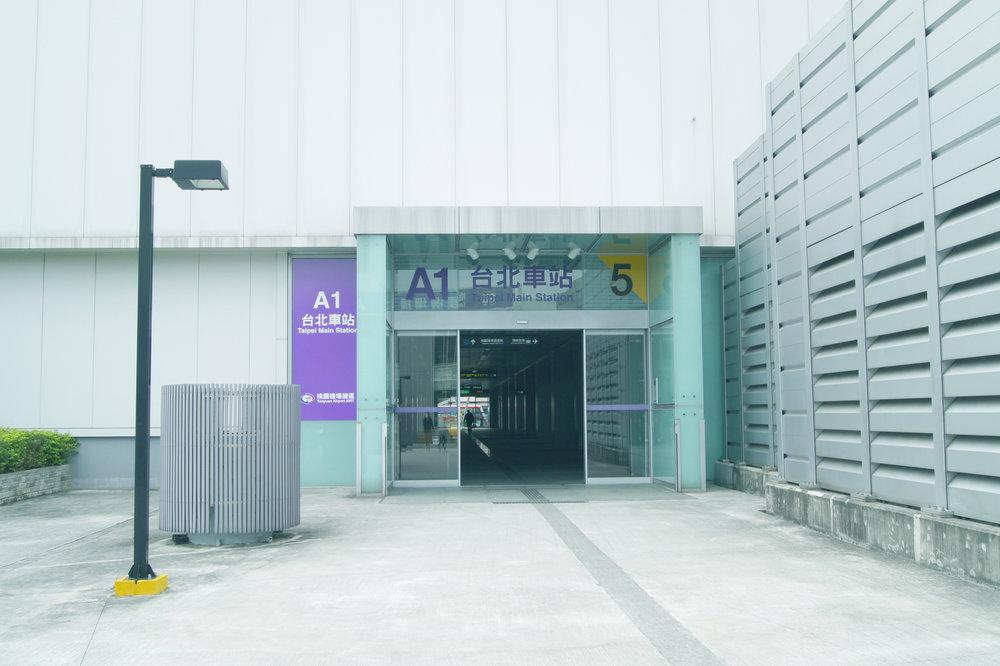 或可從旁邊的 5號出口 出站,能更快速抵達公寓十樓。 Or if you get out from  Taoyuan Airport MRT-Taipei Main Station(A1) Exit 5 ,  you will arrive Apartment 10F more faster.