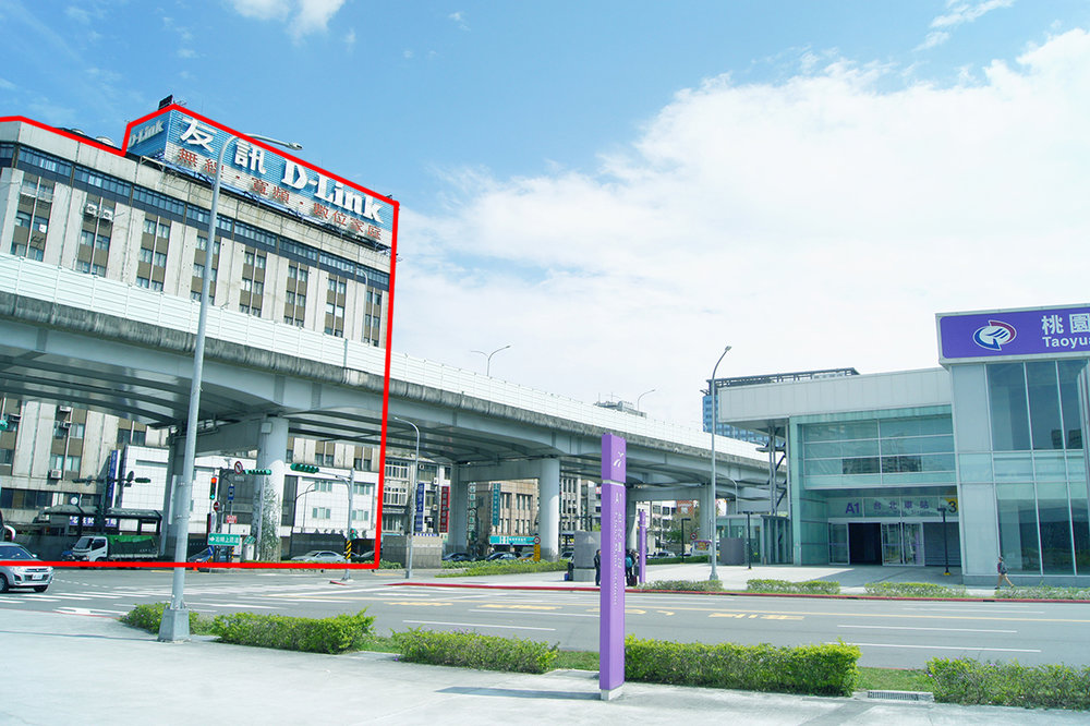 從桃園機場捷運 3號出口 出站後,正對面即是名城大廈。 After you get out from Taoyuan Airport MRT- Taipei Main Station(A1) Exit 3 ,   Ming Cheng Building(名城大廈)  is right across the road.