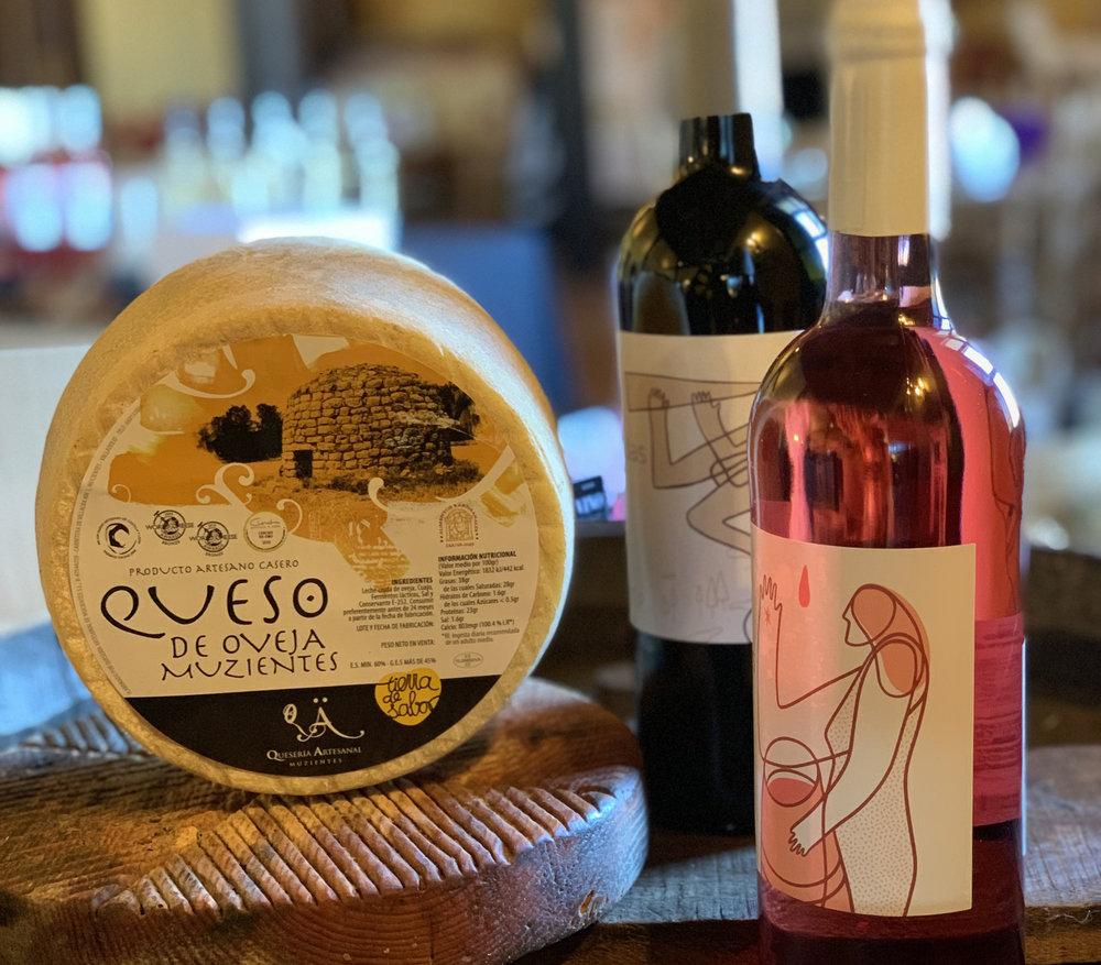El vino y el  QUESO  siempre hacen una pareja perfecta.