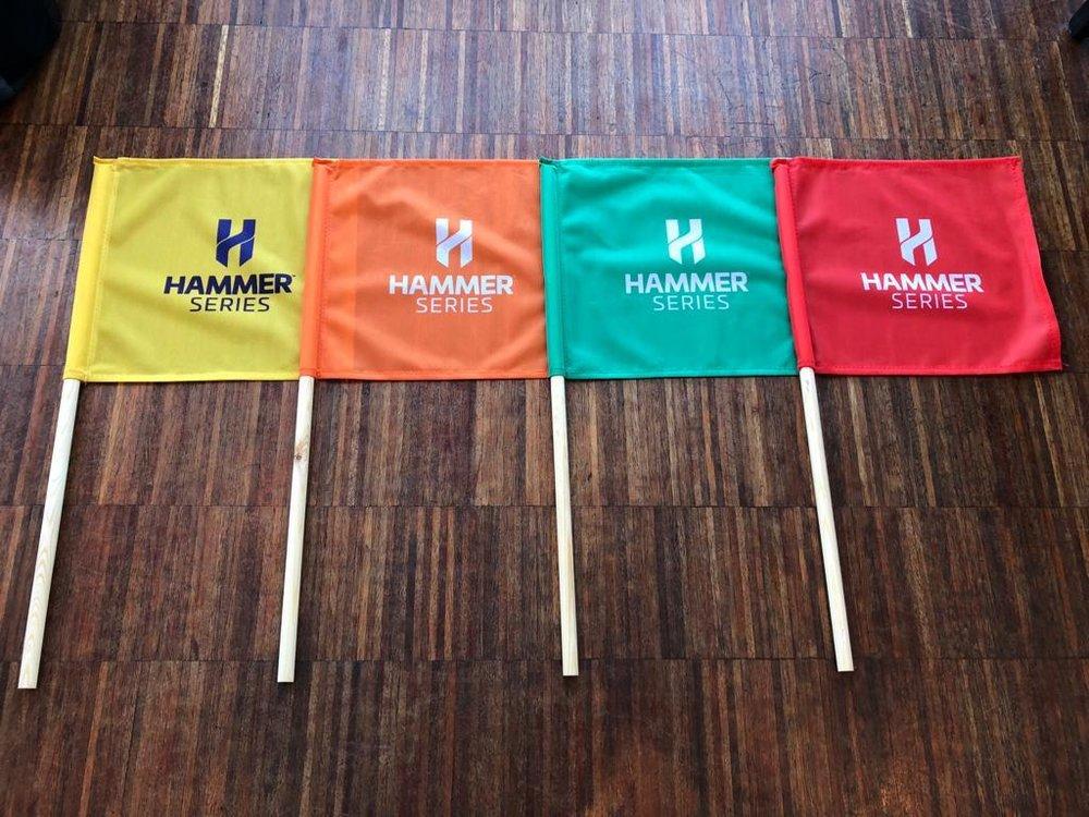 De gekleurde vlaggen van de koerscommissaris van Hammer Series