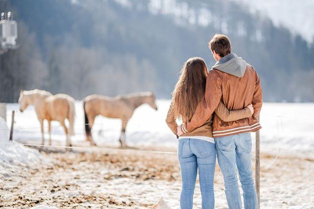 Wenn die Pferde zufällig zu den Outfits passen. 🐴 Wenn ihr noch eine schöne Überraschung für den Valentinstag sucht, schaut in unsere Storyhighlights.✨ . . . #yourockphotographers #youngandwildstories #belovedstories #firstandlasts #adventurouslovestories #elopementlove #loveandwildhearts #authenticlovemag #muchlove_ig #lookslikefilm #dirtybootsandmessyhair #couplephotography #portraitphotography #hochzeitsfotografen #oberösterreich #couplegoals #horselove #wildlove #adventurouscouple #windischgarsten #upperaustria #hellofebruary #nationalpark #sigmaart
