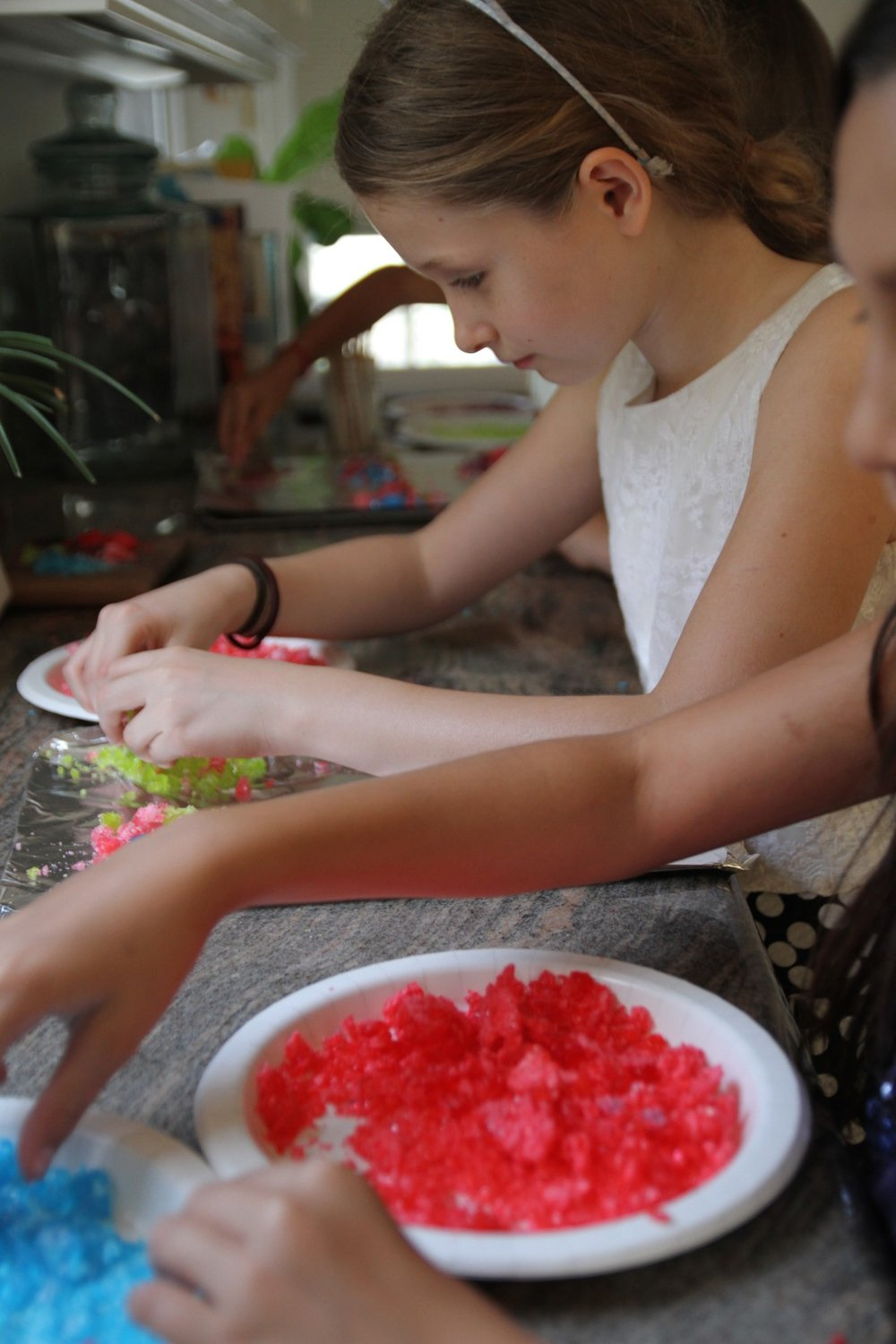 KIDS_MAKING_LOLLIPOPS-e1459196904721.jpg