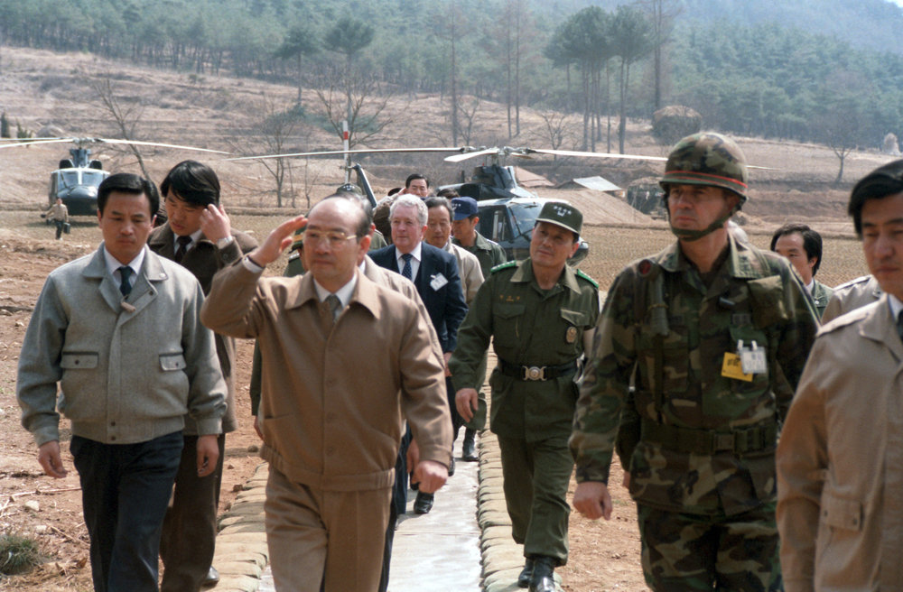Chun_Doo-hwan_and_Claude_M._Kicklighter,_Chung_ho-yong,_1985-Mar-22.jpg