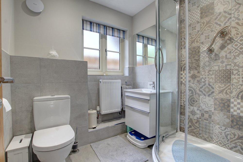 10 Annexe shower room.jpg