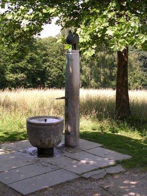 Brunnen von Josef Obermaier mit Bronzeskulptur von Hugo Högner. Landshut 1960.
