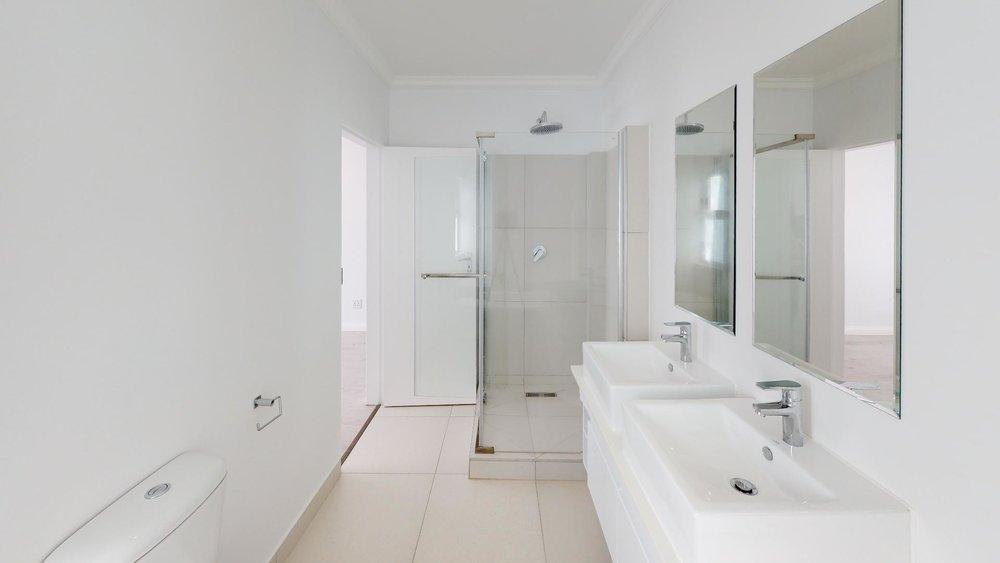 QgSC3uiUf5u - Bathroom.jpg