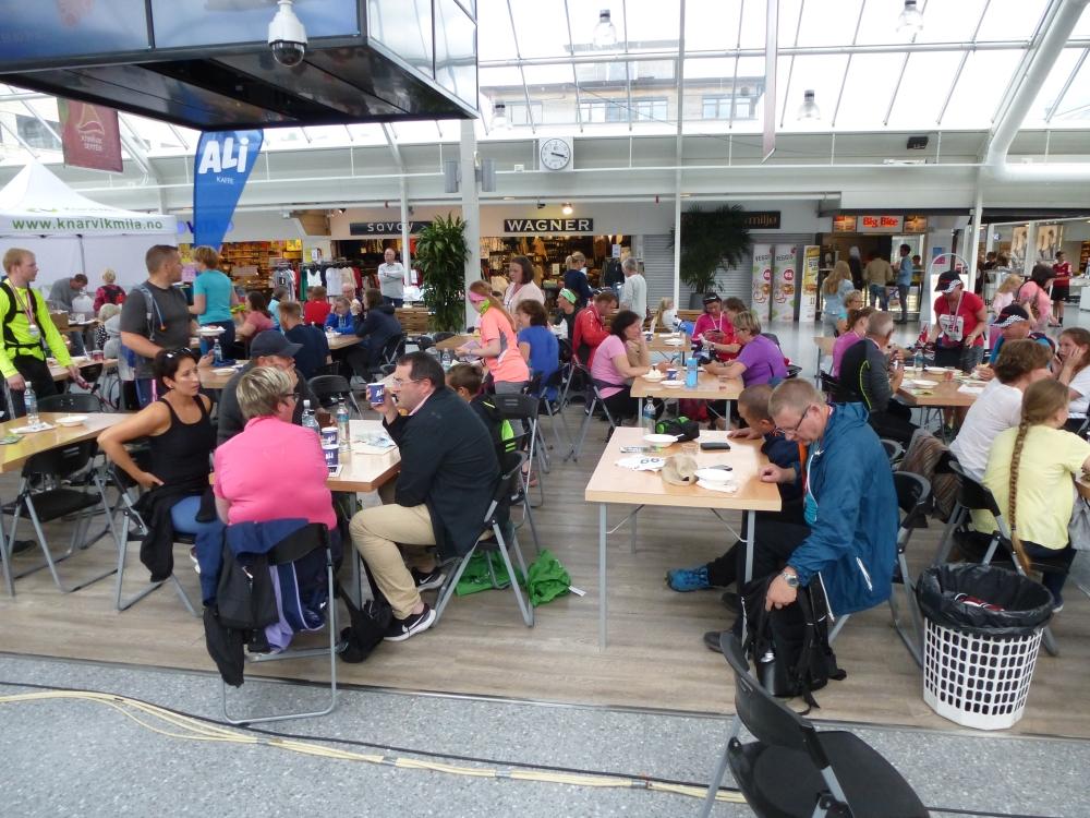 Etter målgang er det gratis servering av mat og drikke i Knarvik Senter.
