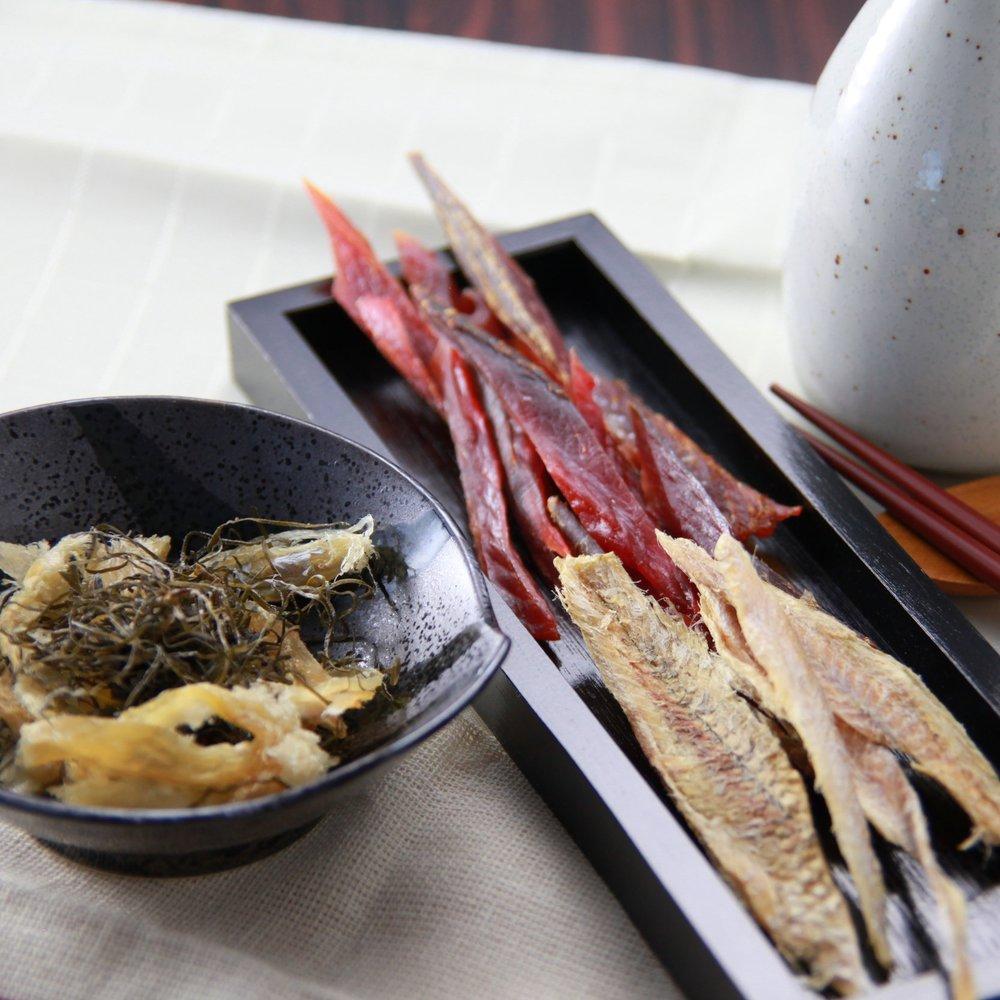魚製品 - 鮭・鱈・ほっけ・カレイ・ししゃもなど、数多くの魚製品を取り扱っています。中でも鮭は、北海道産の鮭を中心に多数取り揃えています。身は、鮭とばや鮭スティックなどとして、皮は鮭皮チップとして、鮭を余すことなく利用しています。また、北海道ではおつまみの定番の氷下魚(コマイ)。独特の臭いがある白身の魚ですが、味わいが深く一度食べるとハマってしまう人も多い商品です。