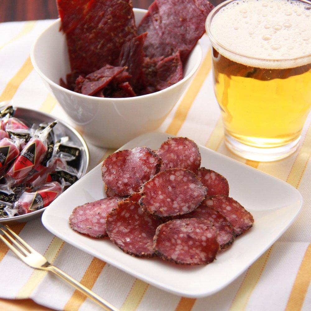 肉製品 - 畜肉を使ったおつまみの定番には、ドライソーセージやサラミ、カルパスなどがあり、美味しくて食べやすい硬さに仕上げています。最近では、馴染みの牛・豚・鶏肉だけではなく、北海道ならでは鹿肉などの利用にも目を向けています。また、十勝帯広が本社という縁もあり、帯広発祥の「豚丼」の具も商品化し、お土産物店を中心に販売しています。