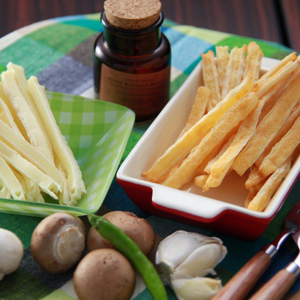 乳製品 - 珍味として定番化した、スティック状のチーズを鱈シートではさんだ「タラチーズ」。弊社では、北海道の地の利を生かし、北海道十勝産のチーズをはさんだクリーミーな商品や、タラチーズに香ばしい焼き目を入れた商品など、一工夫凝らした商品もご用意しています。また、北海道の大自然がはぐくんだコクと香りたっぷりの生乳から作った乳製品も取り揃えています。