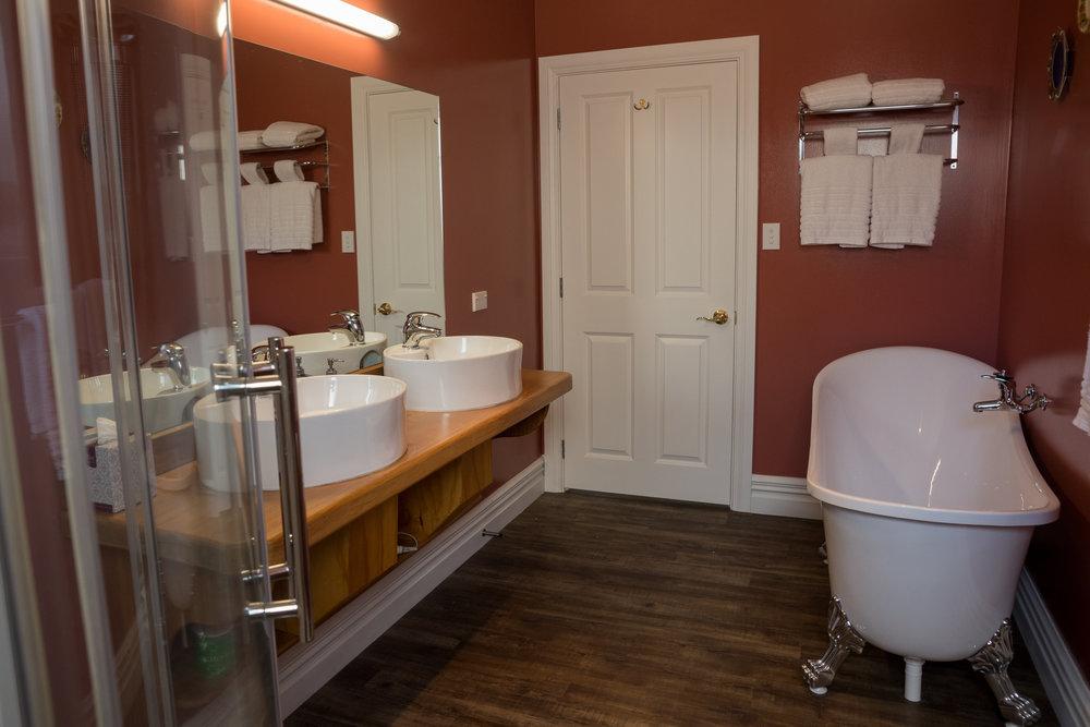 Theatre Royal Hotel Miners Cottage bathroom (4).jpg