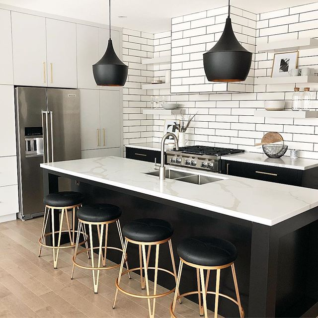 Kitchen reveal! 🖤All the little details that appear simple in this space were SO worth the collaborative efforts it took to pull it off. When you are renovating/ designing your space don't forget it takes: ➕1. Initial design and fabricators ➕2. On site installers ➕3. A great site supervisor (very fortunate to have the BEST on this job!) So grateful to have such a fantastic team at @reids_heritagehomes who pulled out all the stops to get this done ✔️