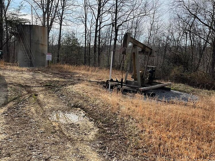 Working oil well in Deer Lodge, TN.