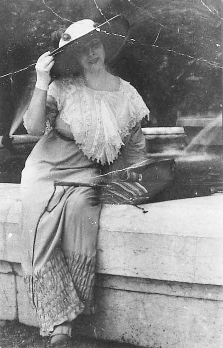 Marval pres de la Fontaine de Carpeaux a Paris, ca. 1911-191.jpg