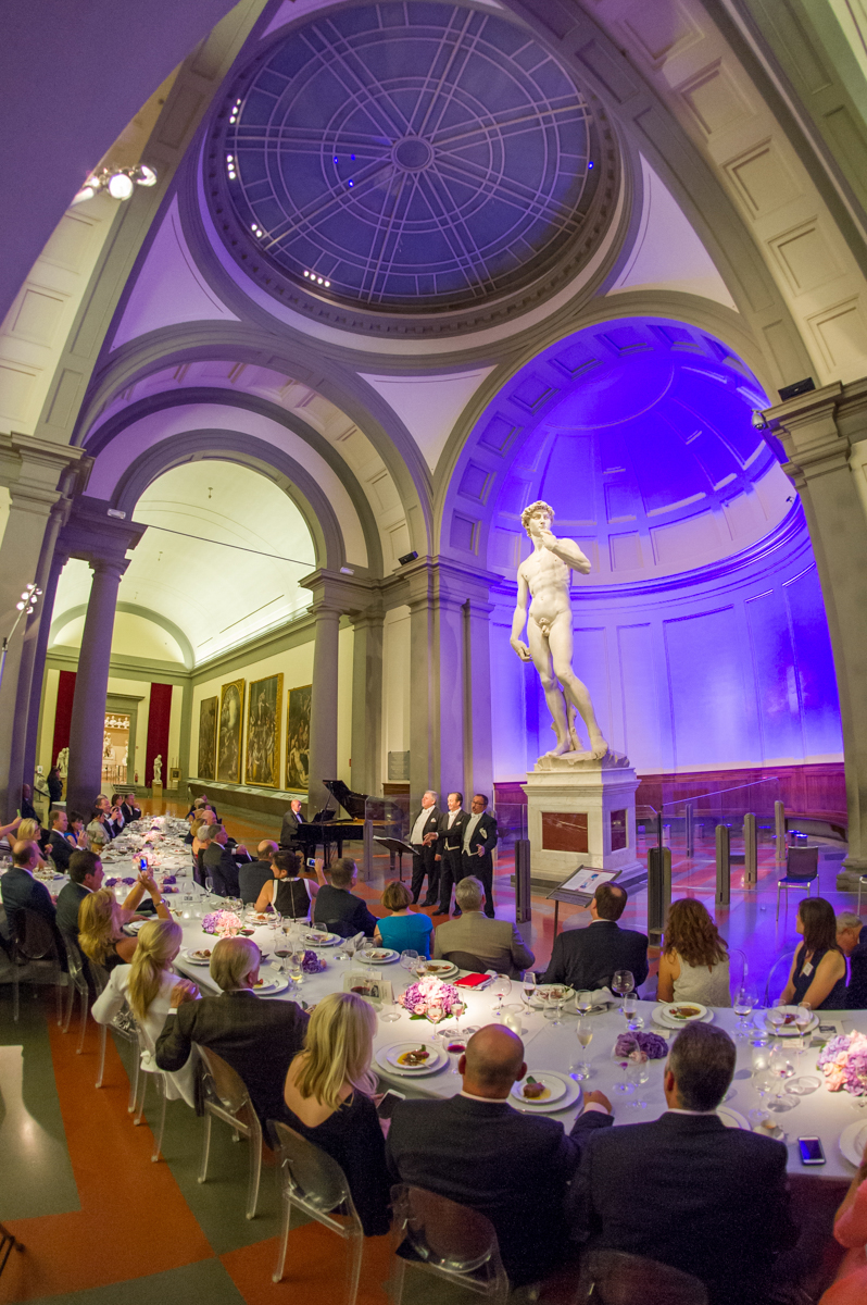 Dinner in the Galleria dell'Accademia, accompanied by 3 Tenors.
