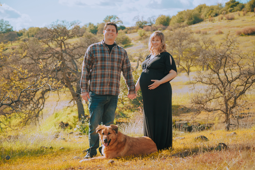Maternity-session-with-dog-Chico-Upper-Bidwell-Park-18.jpg