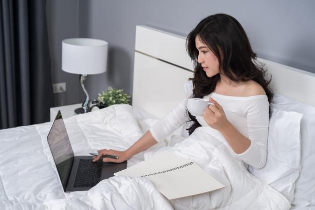 mulher-trabalhando-com-computador-laptop-cama_35076-2751.jpg