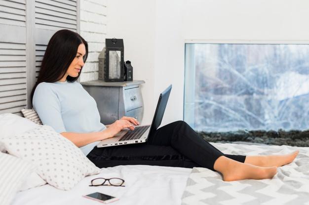 mulher-usando-computador-portatil-cama_23-2148055842.jpg