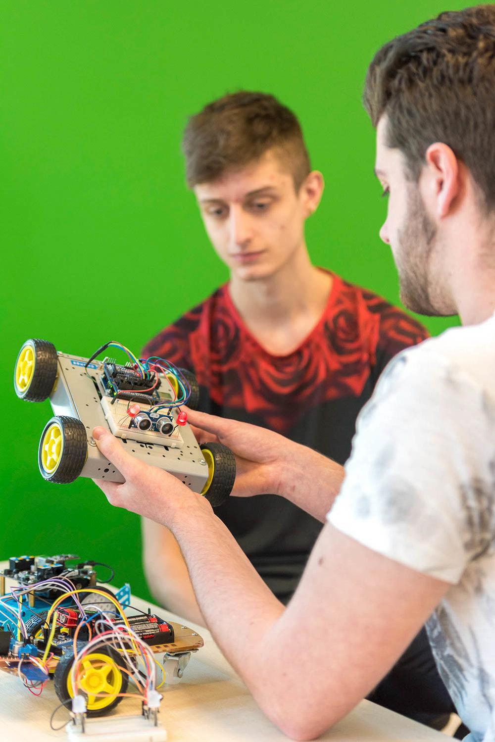 Students studying mechanical engineering