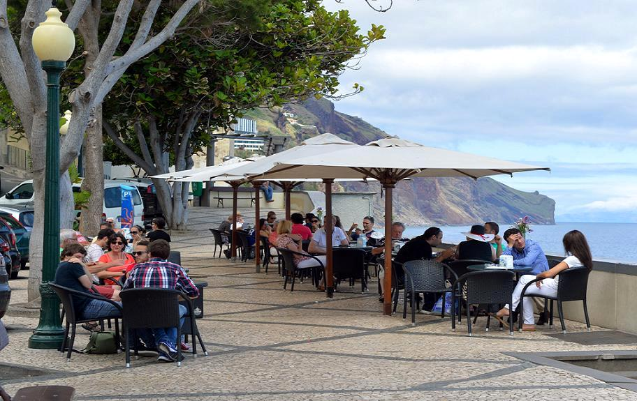 Barreirinha Bar Café | Funchal     L'esplanade de l'Atlantique.