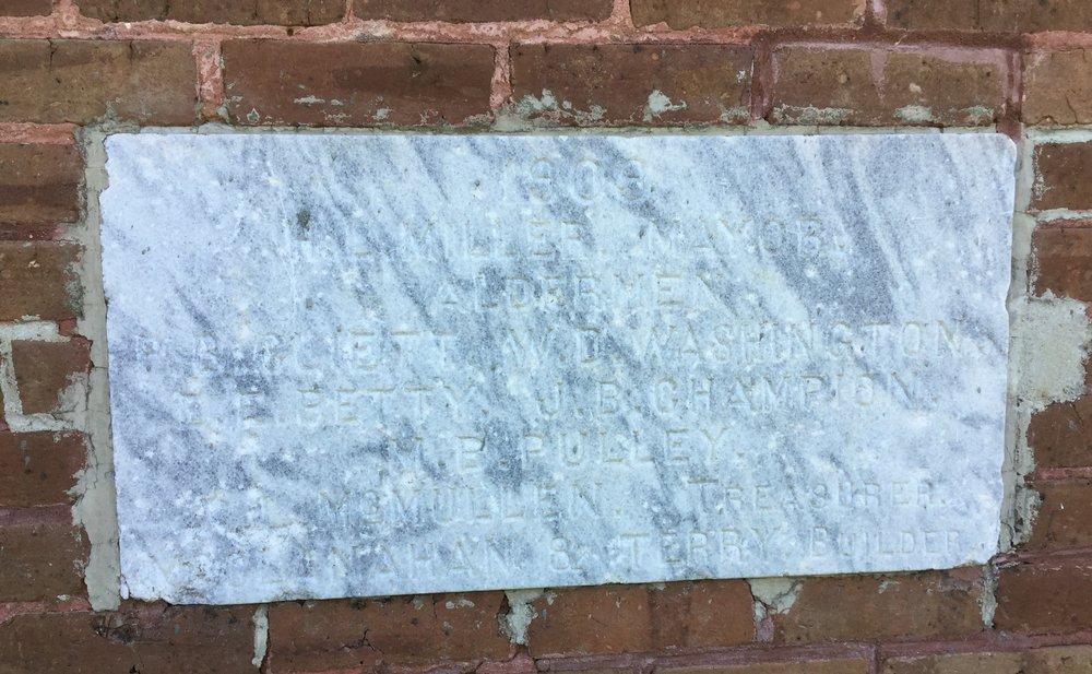 Inscription: 1909 … H.L. Miller, Mayor … Aldermen … P.B. Cliett, W.D. Washington … E.E. Petty, J.B. Champion … M.B. Pulley … R.L. McMullen, Treasurer … McClanahan & Terry, Builder