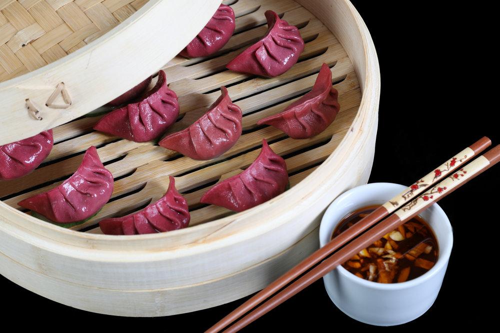Rind & Chinakohl Dim Sum - Saftiges Rindfleisch mit frischem Chinakohl, Frühlingszwiebeln und Röstzwiebeln machen diesen roten Dim Sum so einzigartig.