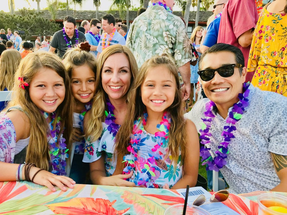 happy-family-at-the-hawaiian-luau-tonythetigersson-tony-andrews-photography_t20_NG3LXr.jpg