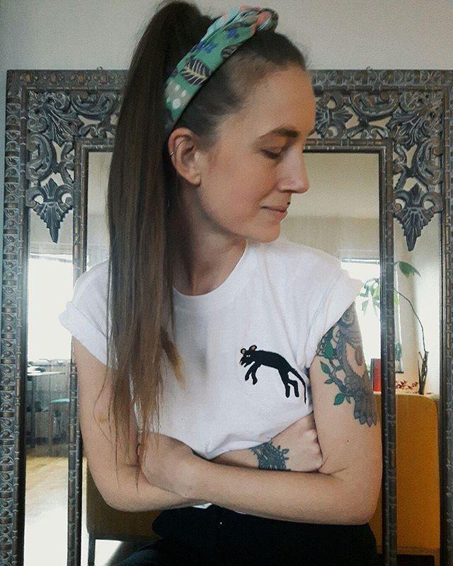 Snygga Elina i tröja och sjal av mig, grattis på födelsedagen 🌟 Gorgous Elina in t-shirt and scarf from my brand. Happy birthday lovley you! ❤️🌟 #surfacepattern #flowerpower #printandpattern #surfacepatterndesign