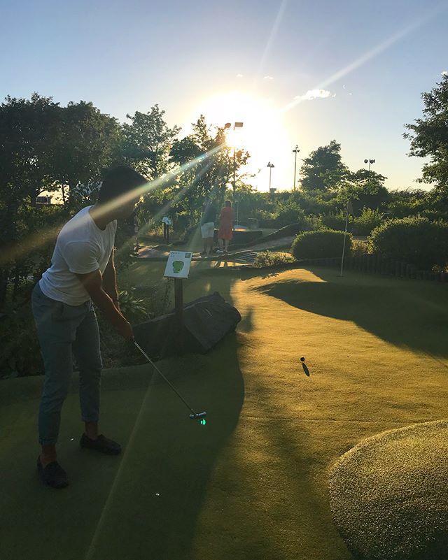 Sommarkvällarna är helt klart bäst på ribban. Njut av solnedgången och spela green golf hos oss. Vi har öppet varje dag till klockan 22, välkomna! ☀️