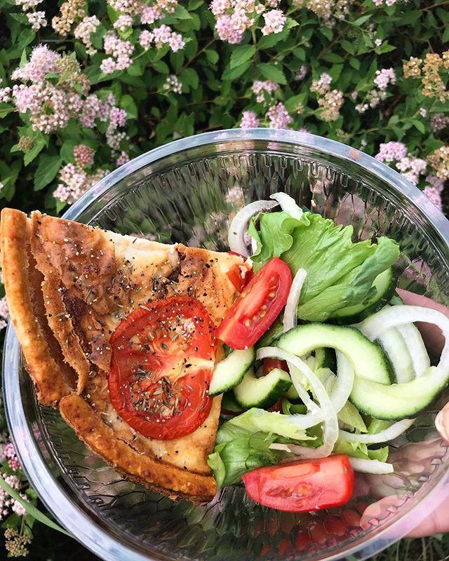 Hungrig? Smaka vår hemmalagade fetaostpaj med tomat. Perfekt efter en dag på stranden eller efter en runda golf. 😍