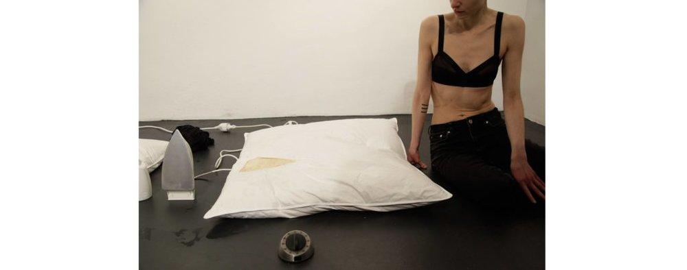 "Performance ""V."" by Elana Katz, during exhibition ""[F]acts of Violence"", 2019 Galerie KWADRAT. Photo: Kojo."
