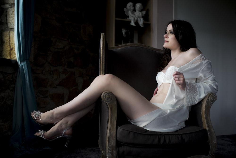 Glamour et sexy. Séance photo boudoir avec photographe professionnel Clermont-Ferrand à l'Hacienda