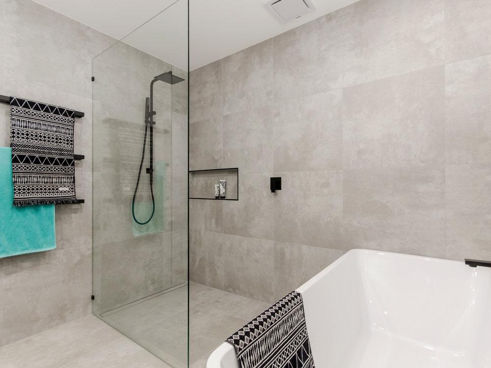 T19 Bath and shower.jpg