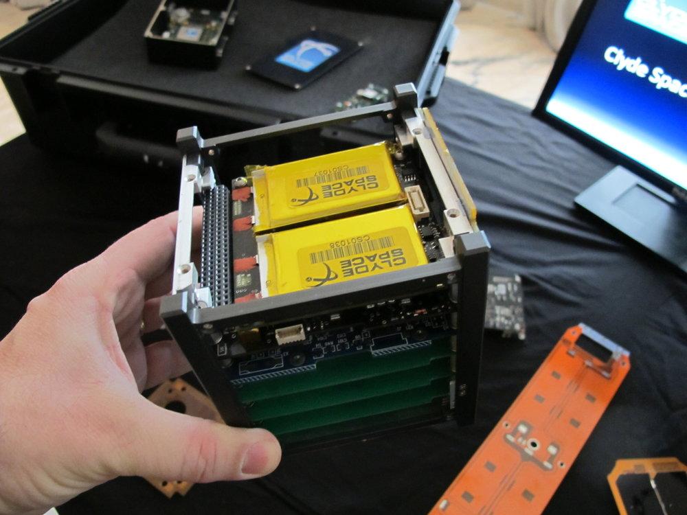 https://upload.wikimedia.org/wikipedia/commons/0/05/CubeSat_in_hand.jpg