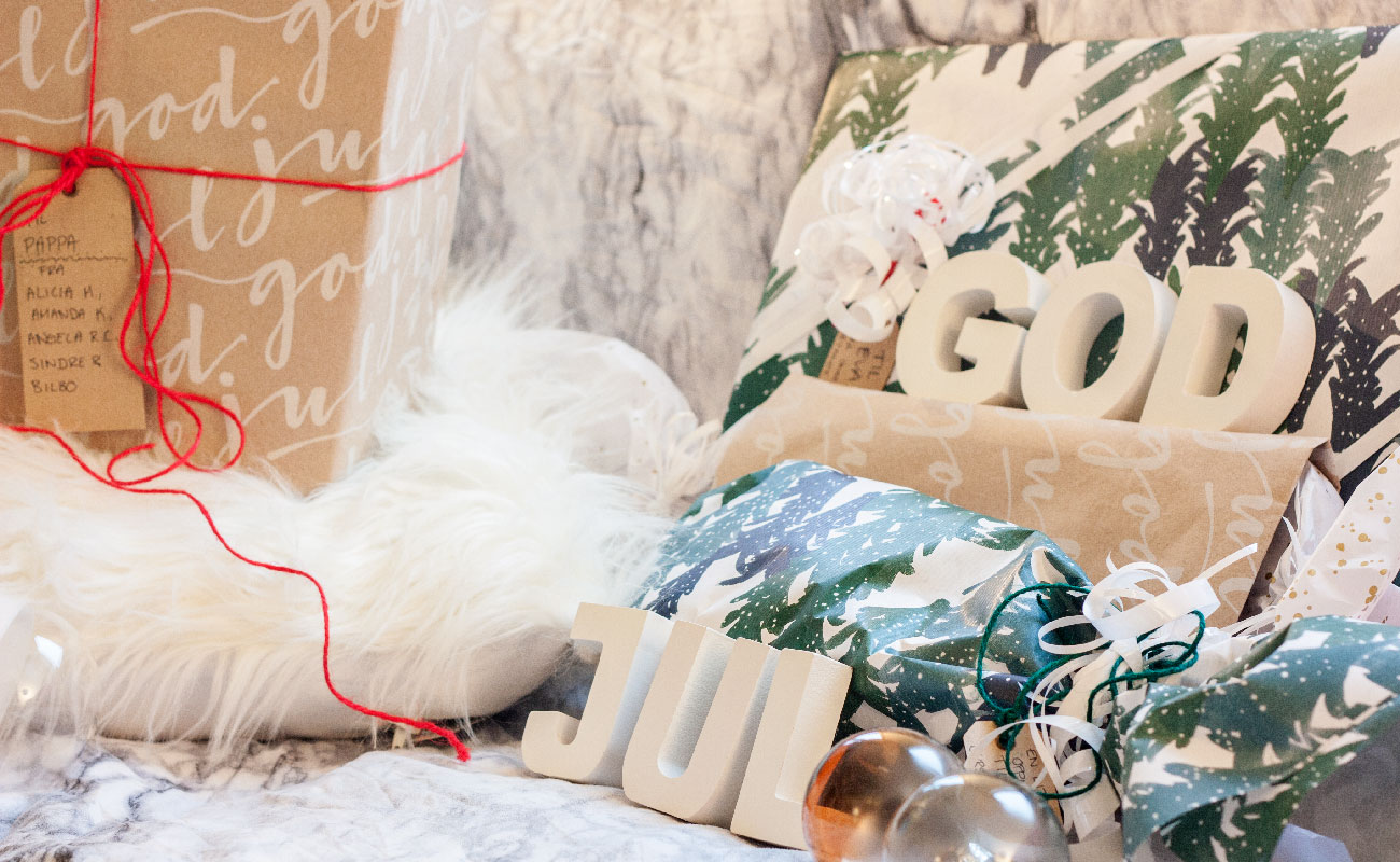 Julegaver og julekuler med god jul typografi