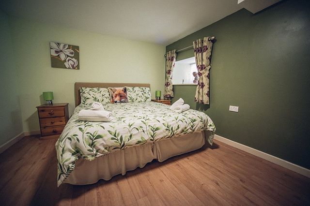 Happy Tuesday! ☀️🌱🙌🏻 Did you have a nice Bank Holiday? 😁  Barnsley was very lively with people exploring the lovely area 👣 and everything it has to offer!  Here are just some of the bedrooms at the Greyhound 🛌 Including 2 of our doubles, the family room and a twin 🌟 Did you know we can move beds around to suit your needs? Just let us know when you book 😁  #cotswoldlife #barnsleygloucestershire #greyhoundbarn #cotswoldbarn #bedrooms #accomodation #ukholidays #gloucestershire #ukgetaways